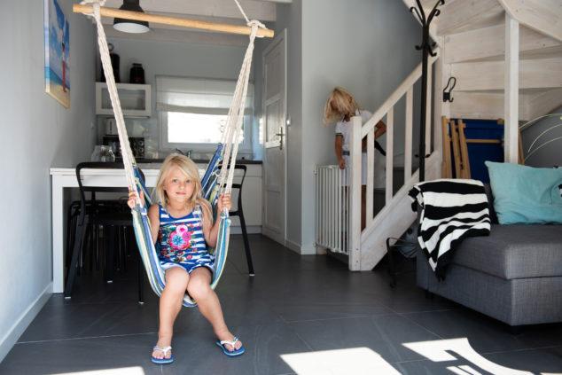 salon aneks kuchenny sofa rozkładana dziecko huśtawka
